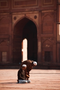 091223_fatehpur_sikri_jama_masjid_courtyard_muslim_men_praying_travel_photography_MG_7951