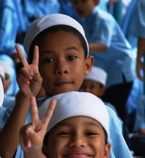 muslim-boys-peace-sign