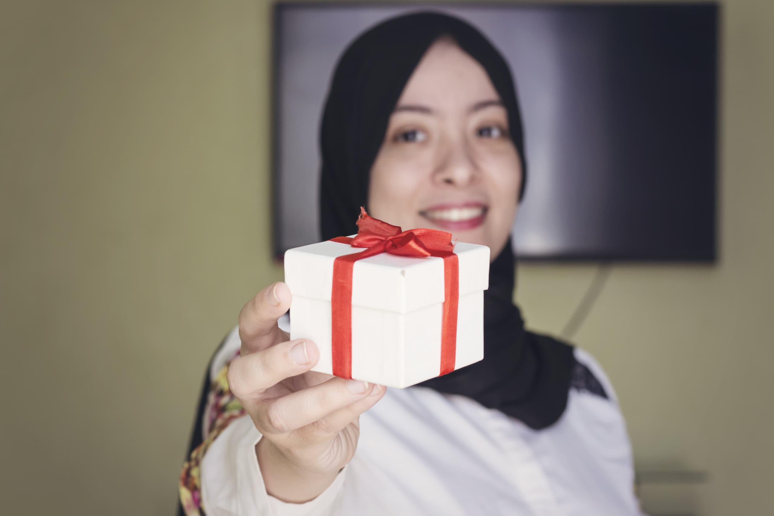 Beautiful,Muslim,Woman,With,Cheerful,Smile,Give,You,White,Gift